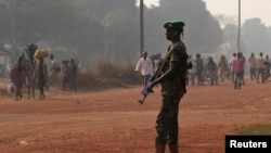 Chadian soldier from African Union peacekeeping mission to Central African Republic on guard in Bangui, Jan. 7, 2014.