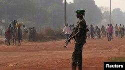 一名非盟驻中非共和国维和部队的乍得士兵在班吉站岗警戒。(2014年1月7日)