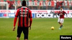 Pemain AC Milan Kevin Prince Boateng (kiri) mengenakan kostum anti diskriminasi dalam pemanasan sebelum pertandingan di Milan (foto: dok).