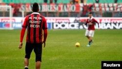 Кевин-Принс Боатенг, во дресот на Милан со порака против расизмот