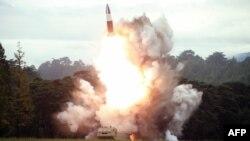 북한이 지난 16일 신형 무기를 시험발사했다며 공개한 사진.