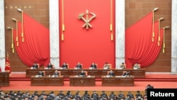 김정은 북한 국무위원장이 지난 9월 2일 평양에서 노동당 회의를 주재하는 모습 (자료 화면)