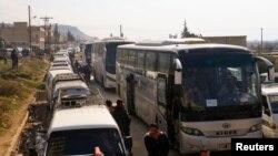 Evacuation de civils et de combattants rebelles de la vallée de Wadi Barada après qu'un accord a été conclu entre les rebelles et l'armée syrienne, Qalaat al-Madiq, Syrie, 30 janvier 2017.