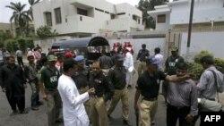 Hiện trường vụ nổ bom bên ngoài trụ sở Hội chữ thập Ðỏ Quốc tế ở Karachi, Pakistan, ngày 25 tháng 6, 2011