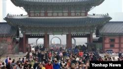 설을 맞아 19일 서울 경복궁을 찾은 시민들이 근정전 앞을 오가고 있다. 문화재청은 설을 맞아 경복궁, 덕수궁 등 궁궐과 조선 왕릉을 하루 동안 무료 개방했다.