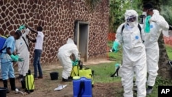 Abahinga mu vyo kuvura mu bikorwa vyo gupompa amazu mu ntumbero yo gukinga Ebola