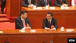 习近平在主席台上和李克强交谈(美国之音东方拍摄)
