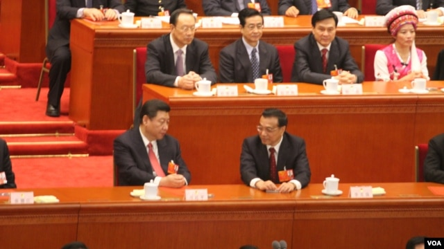 习近平(左)在主席台上和李克强交谈(美国之音东方拍摄)