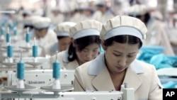 朝鲜女工在开城一家韩国公司制衣厂操作