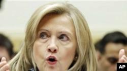 리비아 대책을 설명하는 클린턴 장관