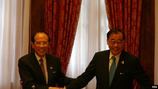 台湾东亚关系协会会长廖了以(左) 与 日本交流协会会长大桥光夫(右)签署台日渔业协议(美国之音杨晨拍摄)