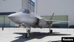 지난 2017년 일본 도요야마의 미쓰비시중공업 조립공장에 세워진 항공자위대 소속 F-35A 전투기 1대. 제공: 교도 통신