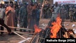 L'ex-président de la Sierra Leone Ahmed Tejan Kabbah et des dignitaires de la Cedeao lors d'une cérémonie de destruction d'armes à Bo, le 20 janvier 2002. (VOA/Nathalie Barge)