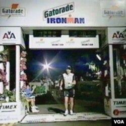 Čovjek čelične volje na cilju jedne od etapa triatlona Ironman