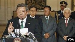 Presiden Yudhoyono saat mengumumkan pembatalan kunjungannya ke Belanda pada hari Selasa.