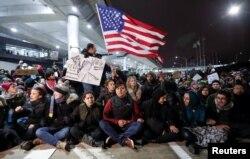 川普的政令在机场阻挡了移民,引起了混乱和示威