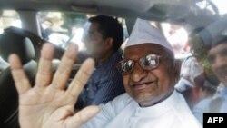 Ông Anna Hazare vẫy chào các ủng hộ viên sau khi bị cảnh sát bắt giữ ở New Delhi, ngày 16/8/2011