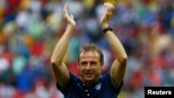 26일 브라질 월드컵 G조 조별리그 최종전에서 16강 진출이 확정된 미국팀의 위르겐 클린스만 감독이 손을 올려 박수를 치고 있다.