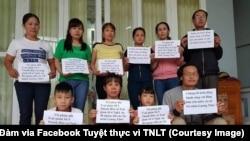 Những người vợ của tù nhân lương tâm cùng ôm bảng phản đối nhà cầm quyền ngược đãi tù nhân. (Facebook Tuyệt thực vì TNLT - Nguồn Ngọc Tuyên Đàm)