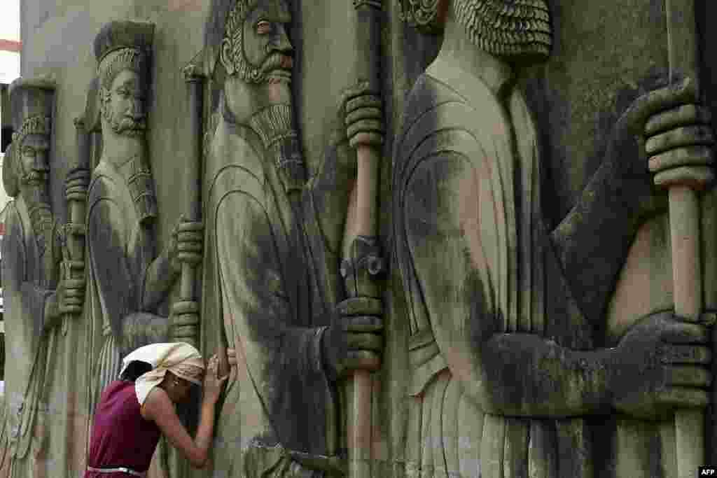ស្រ្តីឥណ្ឌាម្នាក់ឱនបន់ស្រន់នៅក្បែររូបចម្លាក់នៃអង្គរក្សនៅប្រាសាទភ្លើងមួយ នៅចំថ្ងៃចូលឆ្នាំរបស់អ្នកកាន់សាសនា Parsi «Navroze» ក្នុងទីក្រុង Mumbai ។ Pasis គឺជាអ្នកដើរតាមគន្លងនិកាយ Zoroastrianism, ជាសហគមន៍សាសនាតូចមួយ ដែលមាននៅក្នុងទីក្រុង Mumbai ក្រោយពេលពួកគេបាននិរទេសចេញពីប្រទេសអ៊ីរ៉ង់នៅក្នុងសតវត្សរ៍ ដើម្បីគេចចេញពីការសម្លាប់រង្គាលទៅលើអ្នកកាន់សាសនាឥស្លាម។ ជនជាតិឥណ្ឌាដែលគោរពតាមនិកាយ Zoroastrianism ត្រូវបានហៅថាក្រុម Pasis ដោយសារសាសនារបស់ពួកគេមានប្រភពចេញពីអតីតចក្រភព Persia។