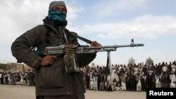 عضو گروه طالبان در هنگام اعدام سه مرد در ولایت غزنی. اپریل ۲۰۱۸