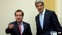 지난 17일 미국 하원 외교위원회 청문회에서 에드 로이스 위원장(왼쪽)과 존 케리 국무장관이 대화를 나누고 있다.