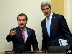 លោក Edward R. Royce (ឆ្វេង) ប្រធានគណៈកម្មាធិការកិច្ចការបរទេសនៃសភាតំណាងរាស្រ្តសហរដ្ឋអាមេរិក និងលោក John Kerry រដ្ឋមន្រ្តីការបរទេសសហរដ្ឋអាមេរិក។