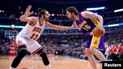 L'ex-pivot des Lakers, Pau Gasol, à droite, contre l'ex-Chicago Bull Joakim Noah , Chicago, le 20 janvier 2014.