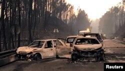 Carros quemados en una carretera local cerca de Pedrogao Grande, Portugal, donde al menos 62 personas murieron atrapadas por las llamas en sus autos.