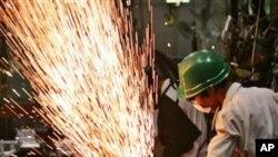 활기띠는 아시아의 자동차 부품 공장 (자료사진)