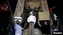 Erdog'an tarafdorlari Gulen qo'g'irchog'i bilan. Istanbul, 18-iyul 2016-yil