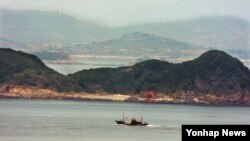 북한이 연평도 인근 무인도 '갈도'에 군사시설을 완공하고 122㎜ 방사포 4문(빨간 원)을 배치한 것으로 파악됐다고 한국 군 관계자가 22일 밝혔다.