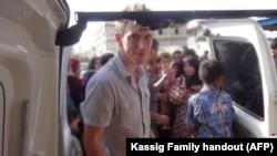 Foto proporcionada por la familia de Abdul-Rahman Kassig en donde el exsoldado aparece en algún lugar de la frontera siria, a fines de 2012 o el otoño de 2013, ayudando a entregar provisiones a refugiados.