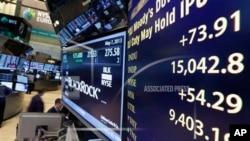 纽约证券交易所大厅的指示牌显示,道琼斯工业指数在5月7日的交易中越过1万5千点大关