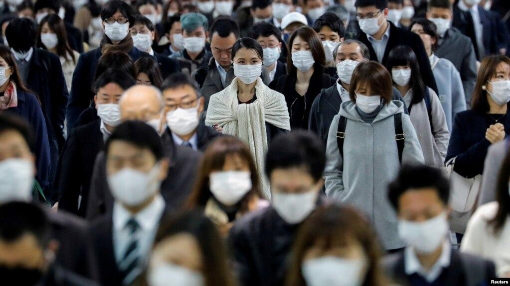 Dân mang khẩu trang tại trạm xe lửa Shinagawa vào giờ cao điểm sau khi chính phủ gia hạn tình trạng khẩn cấp trên toàn nước Nhật sau vụ bột phát (COVID-19) ở Tokyo, Nhật Bản, ngày 20/4/2020. REUTERS/Kim Kyung-Hoon