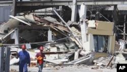 Sebuah bangunan pabrik di Mirandola, Italia utara rubuh akibat gempa berkekuatan 5.8 skala Richter, Selasa (29/5).