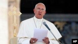 """""""Para ganar uno debe imponerse al individualismo, el egoísmo y toda forma de racismo, intolerancia y manipulación"""", dijo el papa"""
