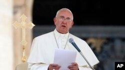 Trong chuyến đi thăm một ngày đến vùng Calabria, Đức Giáo Hoàng gặp thân nhân của một bé trai 3 tuổi bị bắn chết hồi tháng Giêng năm nay.