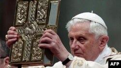 Đức Giáo hoàng cử hành thánh lễ tại Thánh đường Basilica ở Quảng trường Thánh Phê-rô, ngày 24/4/2011