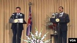 Perdana Menteri Inggris David Cameron (kiri) saat jumpa pers bersama dengan PM Pakistan Yousuf Raza Gilani di Islamabad, Selasa (5/4).