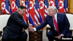 도널드 트럼프 미국 대통령과 김정은 북한 국무위원장이 판문점 남측 '자유의 집'에서 만나 악수하고 있다.