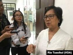 Wakil Ketua Eksternal Komnas HAM Sandrayati Moniaga berbicara kepada wartawan usai konferensi pers di kantornya, Selasa, 13 Agustus 2019 sore. (Foto:VOA/Rio Tuasikal)