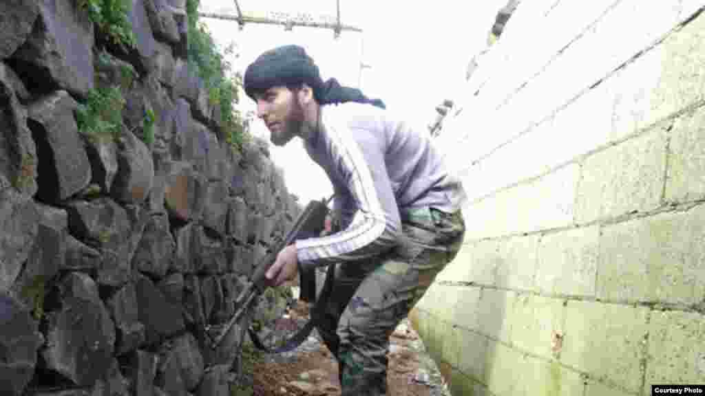 Một binh sĩ của phe nổi dậy chiến đấu tại Tabiseh ở phía bắc thành phố Homs, ngày 17/1/2013.