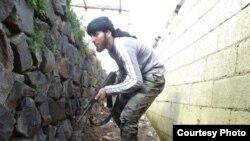 Pobunjenički borac u zaklonu tokom borbi u Tabisehu, severno od Homsa, u Siriji