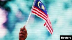 Le drapeau malaisien lors d'un discours politique, dans la capitale du pays, à Kuala Lumpur le 30 août 2015.