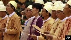 លោកស្រី អោង សាន ស៊ូជីស្ថិតក្នុងពិធីចូលកាន់តំណែងរដ្ឋាភិបាល (AP Photo/Khin Maung Win)