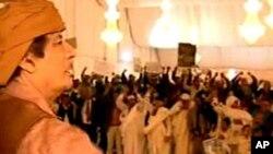 利比亚国家电视台播放卡扎菲总统星期六和支持他群众在一起