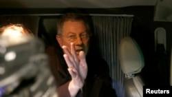 联合国特使塞里在乘车离开前打手势