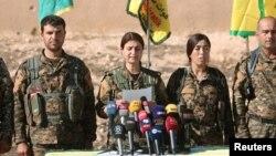 មេបញ្ជាការនៃកងកម្លាំងប្រជាធិបតេយ្យស៊ីរី SDF ថ្លែងនៅក្នុងសន្និសីទសារព័ត៌មានមួយនៅក្នុងក្រុង Ain Issa ជាក្រុងចំណុះរបស់ក្រុង Raqqa កាលពីថ្ងៃទី៦ ខែវិច្ឆិកា។