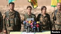 ຜູ້ບັນຊາການກອງກຳລັງປະຊາທິປະໄຕ ຊີເຣຍ (SDF) ເຂົ້າຮ່ວມໃນກອງປະຊຸມຖະແຫຼງຂ່າວໃນເມືອງ Ain Issa, ເຂດປົກຄອງ Raqqa, ຊີເຣຍ, 6 ພະຈິກ, 2016.